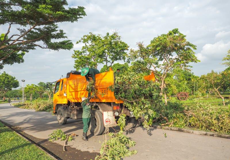 BANGKOK - 13 OCTOBRE l'homme et les femmes de travailleur travaillant pour couper et déplacer l'arbre après réduit, le 13 octobre images stock