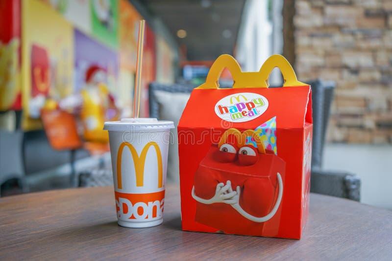 BANGKOK, PAŹDZIERNIK - 10, 2: Szczęśliwy posiłku set w miękkiej ostrości z zamazanym Ronald Mcdonald przy McDonald ` s restauracj zdjęcia stock