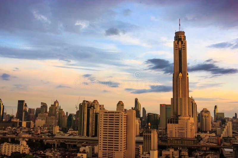 Bangkok pejzaż miejski, Baiyoke wierza z mrocznym niebem jako tło fotografia royalty free