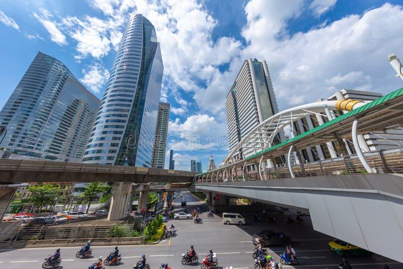 Bangkok podróży punkt zwrotny przy BTS skyrail Chong nonsi staci mosta popularną podróżą z wysokim biznesowym budynkiem biurowym obrazy stock