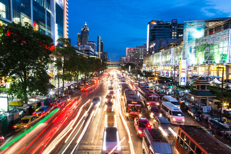 Bangkok rusningstid på natten arkivbild