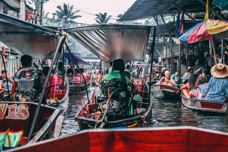 Bangkok, 12 11 18: Sich hin- und herbewegender Markt Damnoen Saduak stockfotos