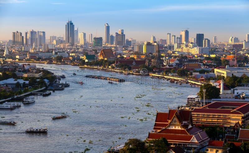 Bangkok stad och chaoprayaflod i tid, hotell och beträffande för skymning royaltyfri bild