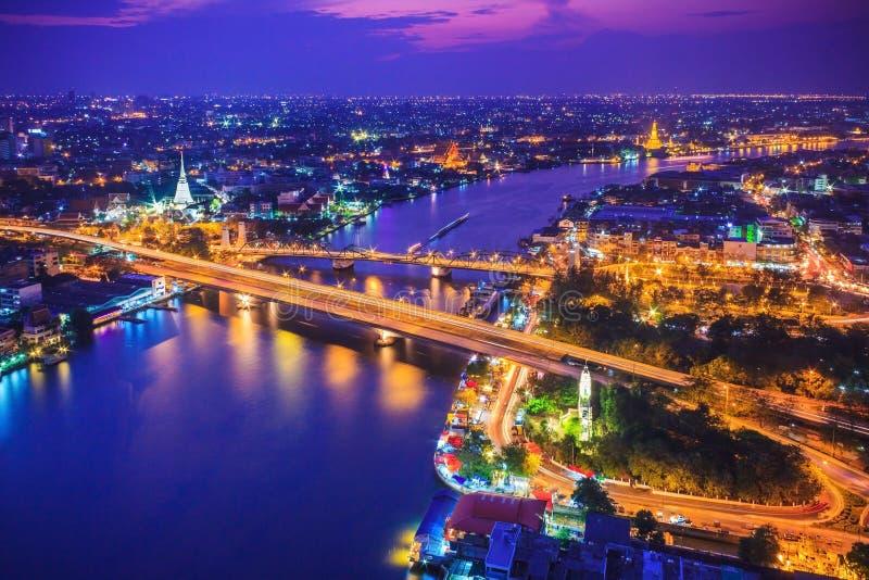 Bangkok stadshorisont och Chao Phraya River under skymningevenin arkivfoto