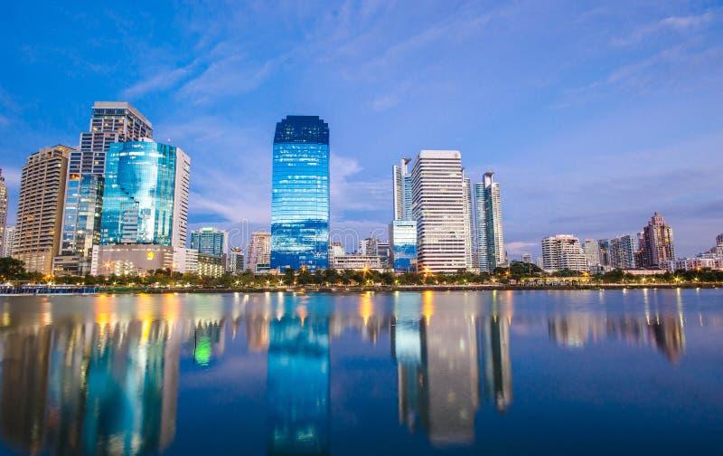 Bangkok-Stadt im Stadtzentrum gelegen nachts mit Reflexion von Skylinen, Bangk lizenzfreie stockfotos