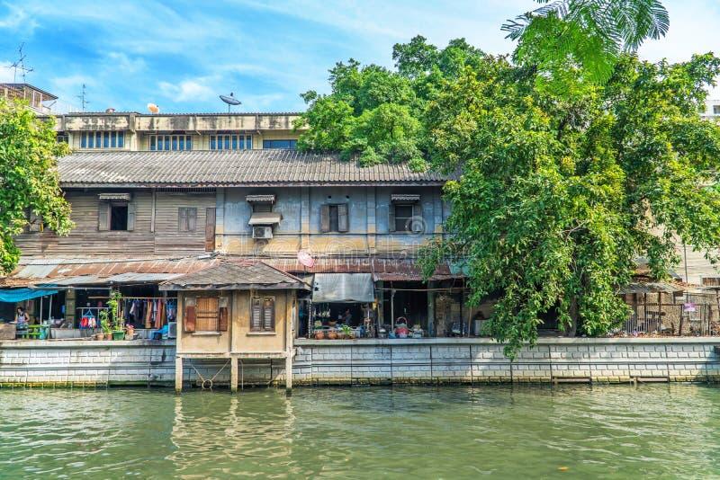 Bangkok-Stadtbild - Bezirk mit Altbauten stockbilder