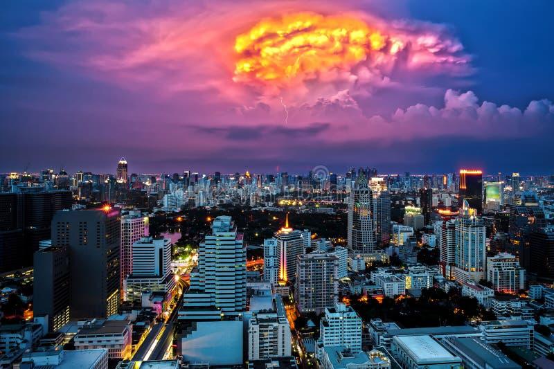 Bangkok-Stadtbild an der Dämmerung, Dämmerung mit Blitz stockfoto