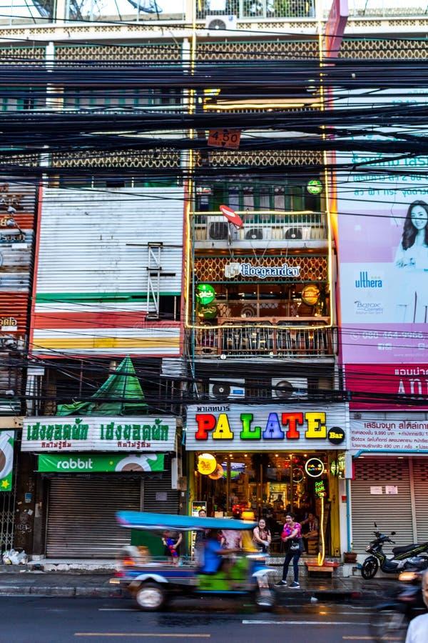 Bangkok-Stadtleben an der Dämmerung lizenzfreie stockbilder