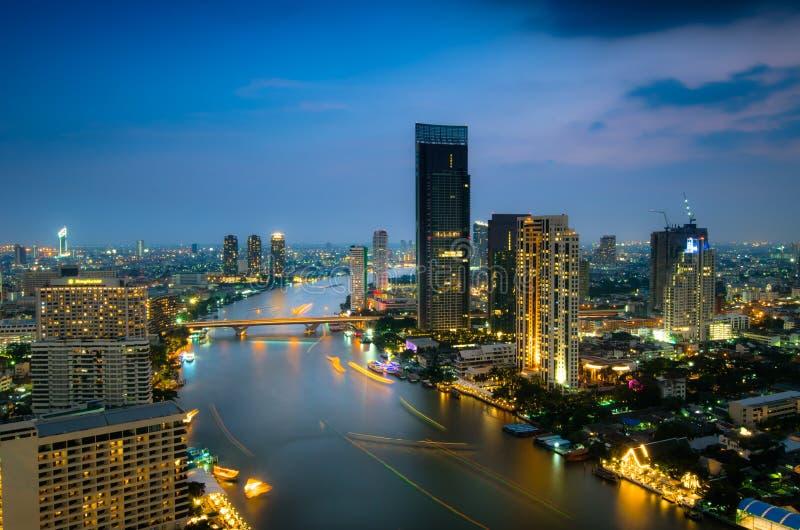 Bangkok-Stadtvogelperspektive in der Dämmerung stockbild
