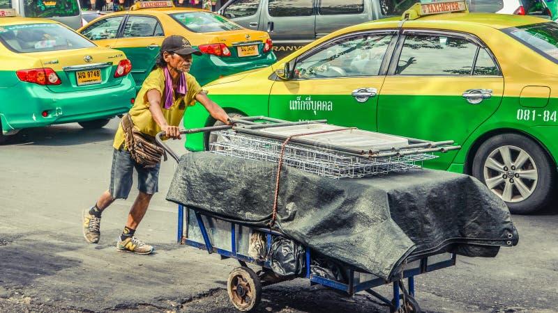 Bangkok: Straßenverkäuferstall in der Aktion stockfotografie
