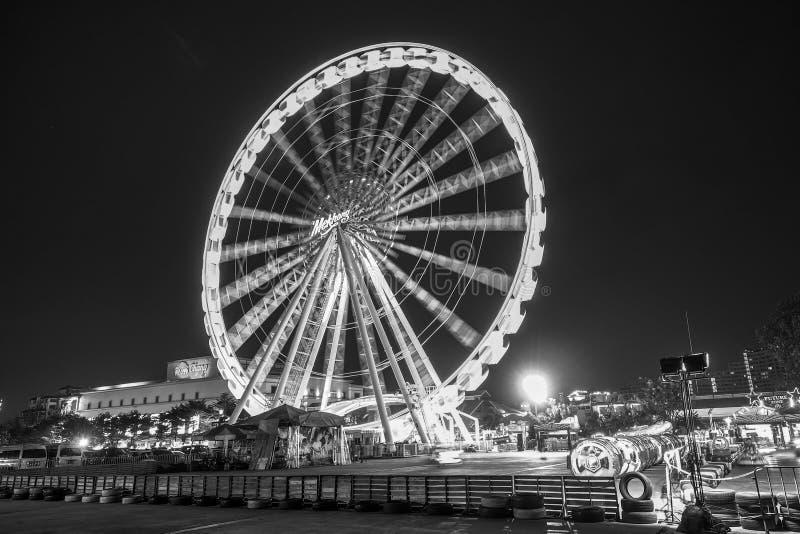 BANGKOK - Styczeń 5: Czarny i biały brzmienie Wielki Ferris toczy wewnątrz Asiatique, otwarty plenerowy społeczności centrum hand zdjęcie royalty free
