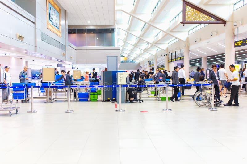 BANGKOK, STYCZEŃ - 14, 2016: Don Mueang ochrony lotniska personelu czeka pasażer zdojest przy bramą na Styczniu 14, 2016 obrazy stock