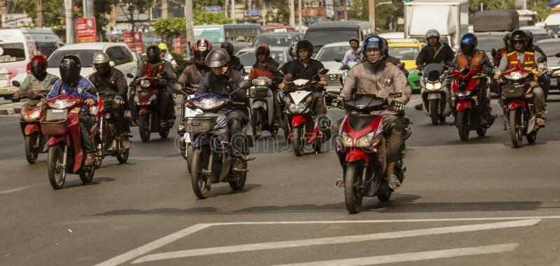 Bangkok, Tahiland - 2019-03-19 - las motocicletas llena las calles de Bangkok y enfoca a continuaci?n en los sem?foros fotografía de archivo libre de regalías