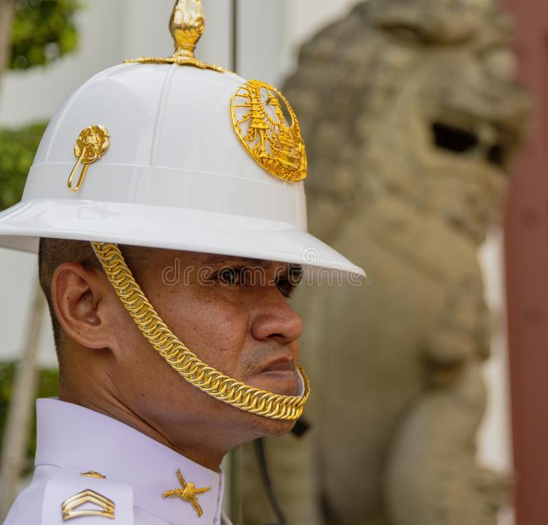 Bangkok, Tahiland m??czyzn stojak?w stra?nik przy Uroczystym pa?ac - 2019-03-04 - fotografia royalty free