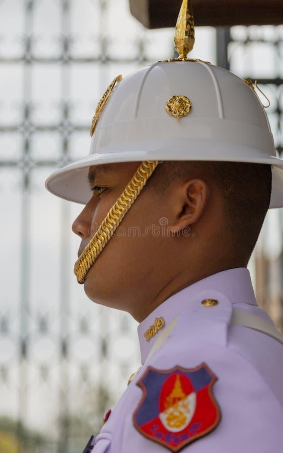 Bangkok, Tahiland m??czyzn stojak?w stra?nik przy Uroczystym pa?ac - 2019-03-04 - obraz stock