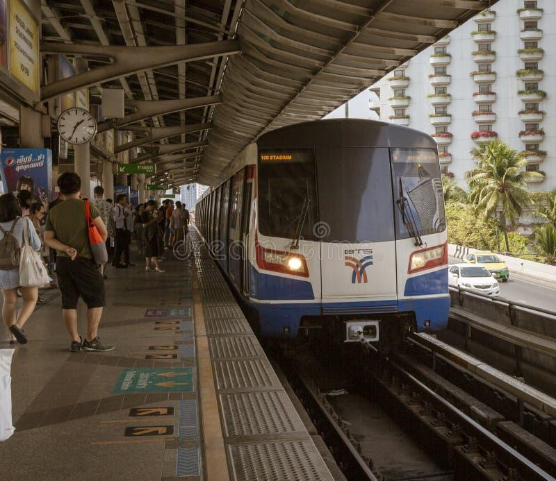 Bangkok, Tahiland - 2019-03-04 - tren del carril de la luz de Tain del cielo llega en la estaci?n fotografía de archivo libre de regalías