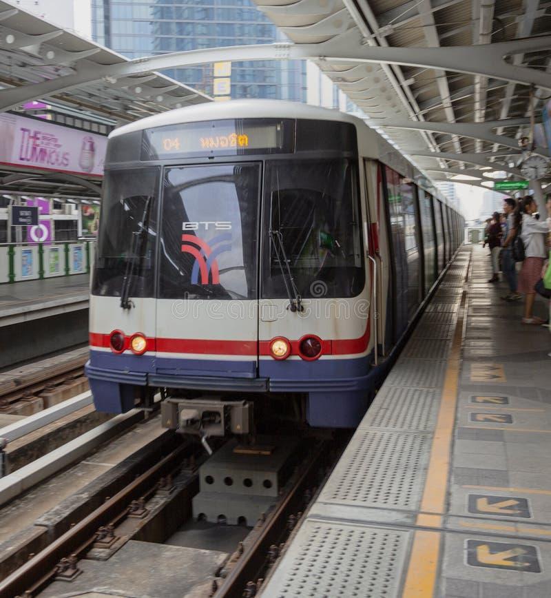 Bangkok, Tahiland - 2019-03-19 - tren del carril de la luz de Tain del cielo llega en la estaci?n imagenes de archivo