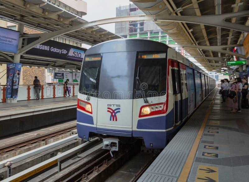 Bangkok, Tahiland - 2019-03-19 - tren del carril de la luz de Tain del cielo llega en la estaci?n fotos de archivo