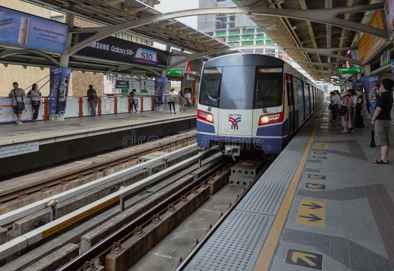 Bangkok, Tahiland - 2019-03-19 - tren del carril de la luz de Tain del cielo llega en la estaci?n fotos de archivo libres de regalías