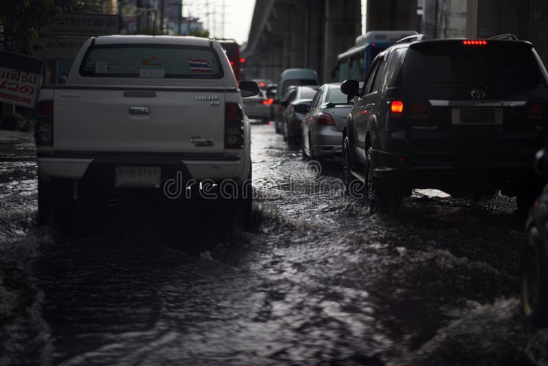 Bangkok, Tailândia, 16 de maio de 2019-Flood on public road city in Traffic Jure (Banguecoque, cidade pública de Bangkok, Tailând fotografia de stock royalty free