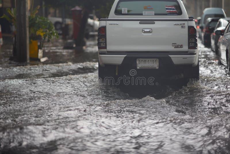 Bangkok, Tailândia, 16 de maio de 2019-Flood on public road and mimitruck in Traffic View fotografia de stock royalty free