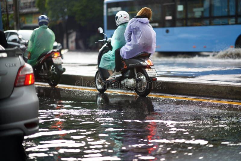 Bangkok, Tailândia, 16 de maio de 2019-Flood on public road and motocicleta in Traffic Jergs foto de stock