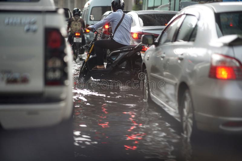 Bangkok, Tailândia, 16 de maio de 2019-Flood on public road and motocicletas and minitruck in Traffic Jure imagem de stock
