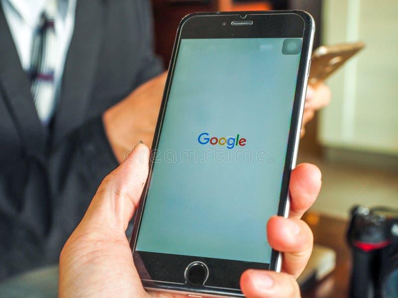 Bangkok, Tailandia - abril 18,2017: App de Google en la pantalla de visualización del iPhone de Apple Vista superior del lugar de fotos de archivo libres de regalías