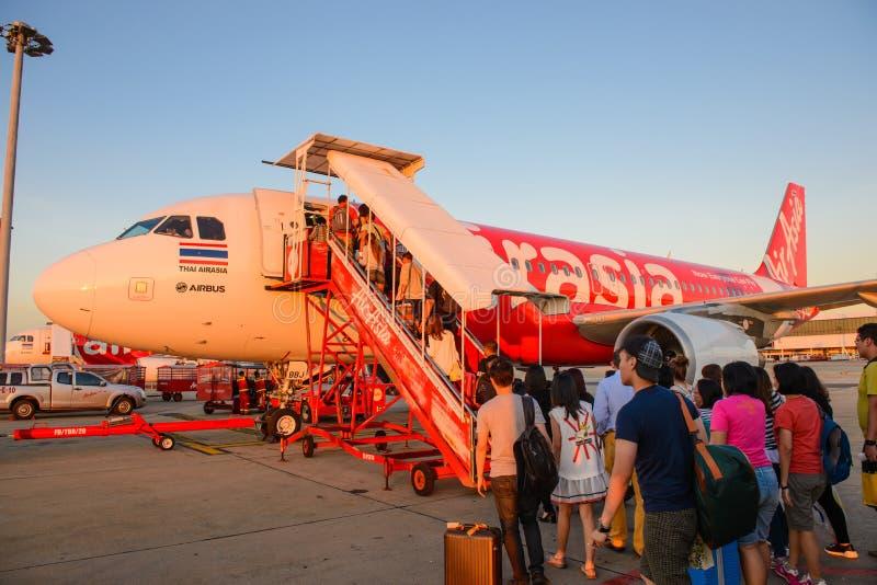 Bangkok, Tailandia - 19 agosto 2015: I passeggeri sta salendo un aereo tailandese di Air Asia a Don Mueang International Airport fotografie stock