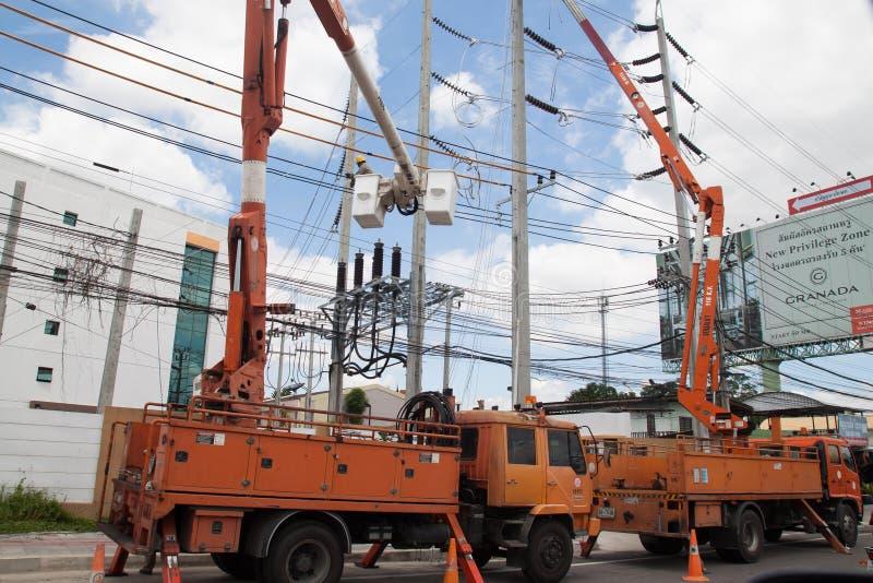 BANGKOK, TAILANDIA - 22 AGOSTO 2017: L'elettricista costruisce lavorare a Ratjaphruk Rd, Bangkok fotografie stock libere da diritti