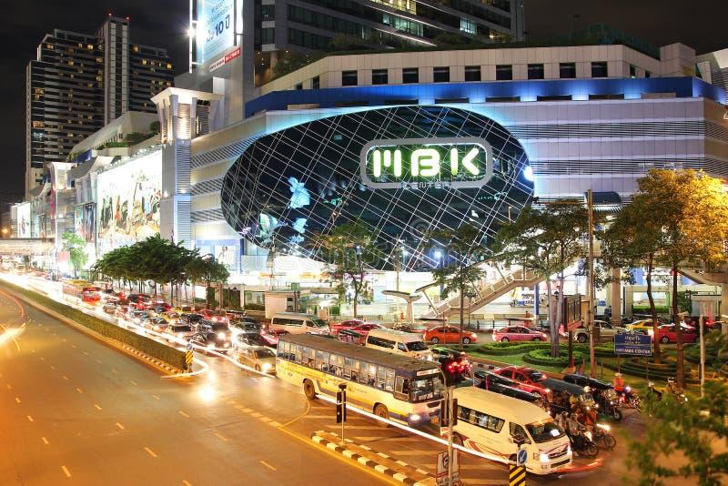 BANGKOK, TAILANDIA - 17 agosto 2013: Paesaggio urbano di NOTTE del negozio di MBK fotografia stock libera da diritti