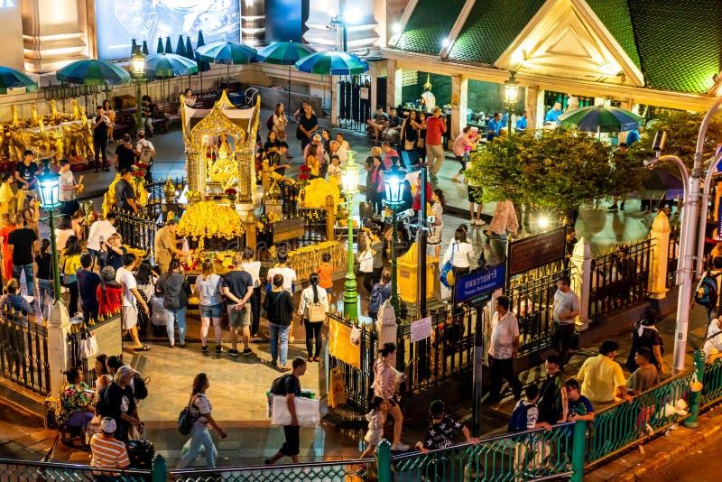 BANGKOK, TAILANDIA - 9 AGOSTO 2018: Santuario di Erawan il 18 settembre I turisti fanno un merito al santuario di Erawan alla giu fotografia stock libera da diritti
