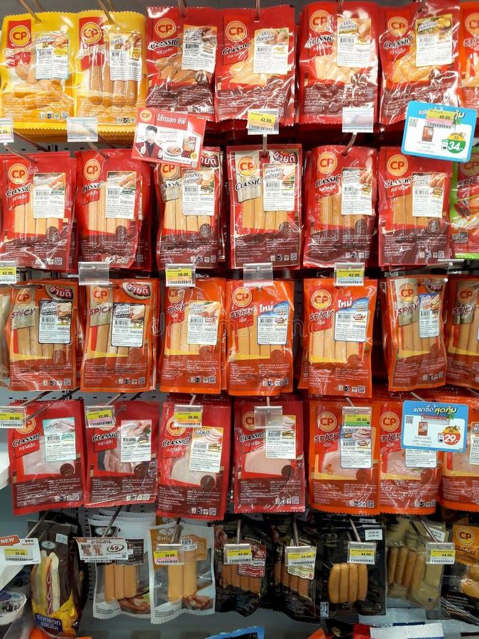 BANGKOK, TAILANDIA - 19 APRILE: 7-Eleven che il deposito conveniente completamente immagazzina il vario sapore del CP ha imballat fotografie stock