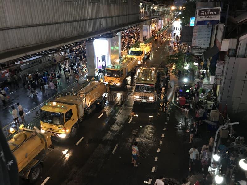 BANGKOK, TAILANDIA - 15 APRILE 2018: Festival del nuovo anno di Songkran alla notte con le pistole a acqua e molta gente fotografia stock libera da diritti