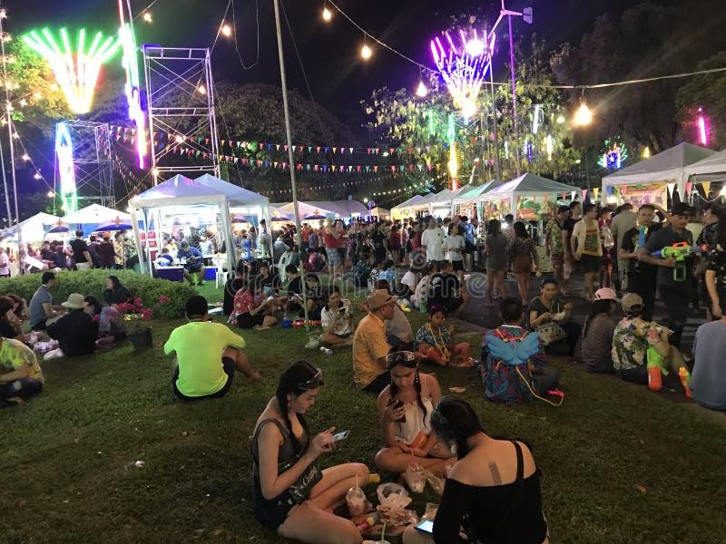 BANGKOK, TAILANDIA - 15 APRILE 2018: Festival del nuovo anno di Songkran alla notte con le pistole a acqua e molta gente fotografie stock libere da diritti