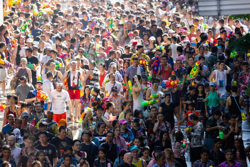 Bangkok Tailandia - 13 aprile 2018: Festival di Songkran, festival famoso di Songkran in strada di Silom di Bangkok fotografia stock