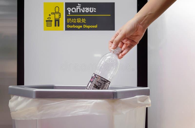 BANGKOK, TAILANDIA - 14 APRILE 2019: Gettando una bottiglia vuota di Pepsi nel bidone della spazzatura del deposito conveniente d fotografia stock