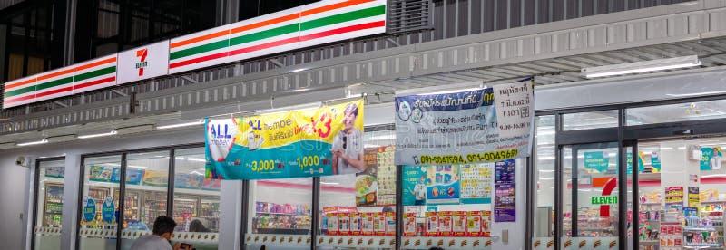 BANGKOK, TAILANDIA - 14 APRILE: il deposito conveniente 7-Eleven apre il 14 aprile 2019 24 ore durante la notte come di consueto immagine stock