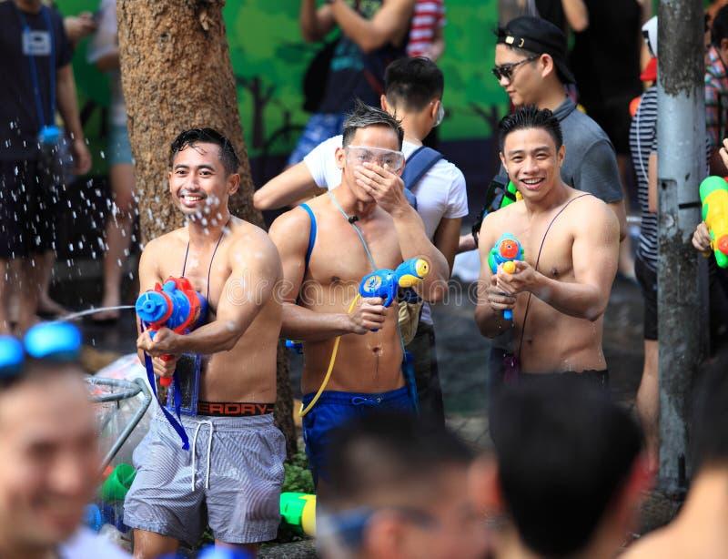 Bangkok Tailandia - 13 aprile 2016: La gente che celebra il Songkr immagine stock
