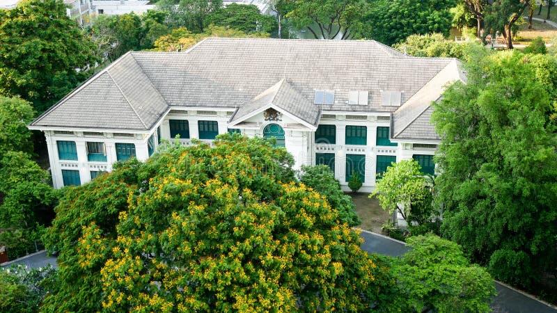 BANGKOK, TAILANDIA - 20 APRILE 2017: La vista superiore dell'ambasciata britannica che ha individuato fra gli alberi verdi a Bang immagine stock