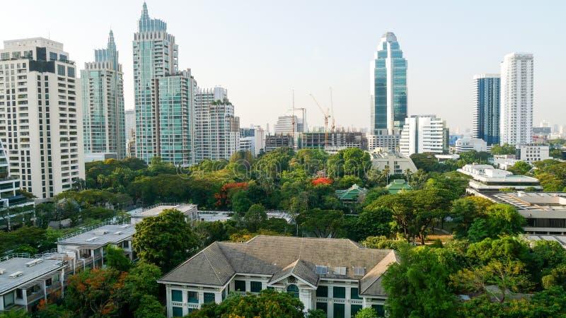 BANGKOK, TAILANDIA - 20 APRILE 2017: La vista superiore dell'ambasciata britannica che ha individuato fra gli alberi verdi e molt fotografie stock