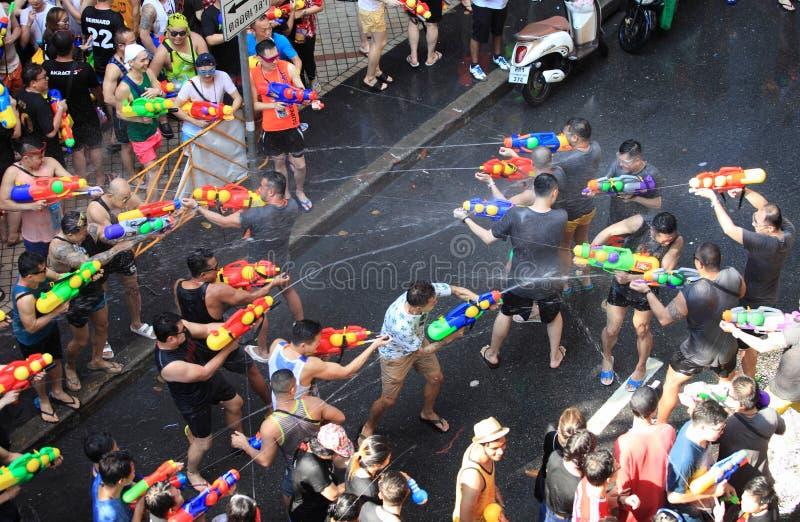 Bangkok, Tailandia - 15 aprile: Turisti che sparano le pistole a acqua e h immagine stock