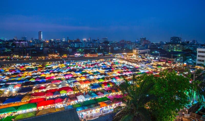 BANGKOK, TAILANDIA - 6 aprile 2018: Vista di notte del mercato Ratchada di notte del treno Prepari il mercato Ratchada di notte,  immagine stock