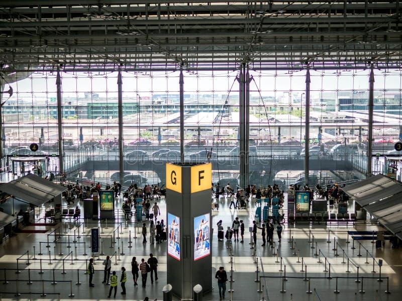 BANGKOK, TAILANDIA - 29 aprile 2018: Vista e passeggeri dell'angolo alto che camminano nell'aeroporto di Suvarnabhumi fotografie stock libere da diritti
