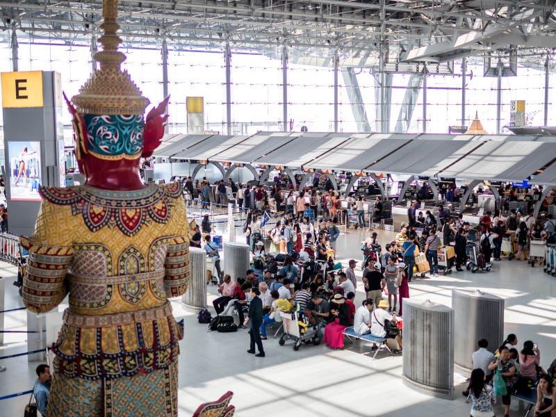 BANGKOK, TAILANDIA - 29 aprile 2018: Vista e passeggeri dell'angolo alto che camminano nell'aeroporto di Suvarnabhumi fotografia stock libera da diritti