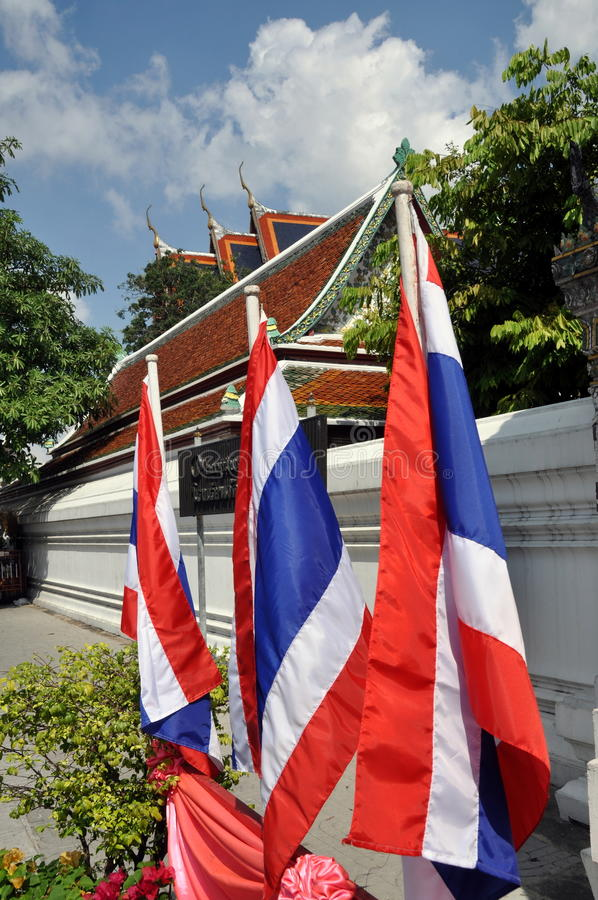 Bangkok, Tailandia: Bandierine tailandesi a Wat Po fotografie stock