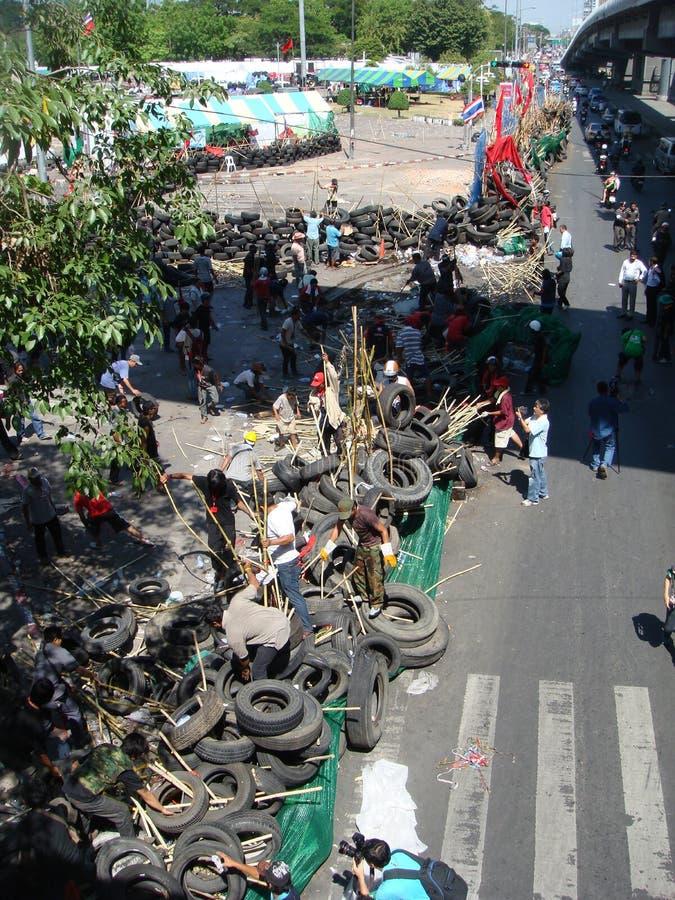 Bangkok/Tailandia - 04 30 2010: Camisas rojas puestas encima de las barricadas y de las áreas principales del bloque alrededor de imágenes de archivo libres de regalías