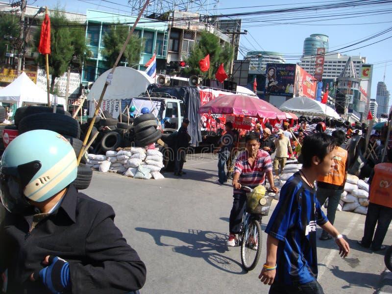 Bangkok/Tailandia - 04 30 2010: Camisas rojas puestas encima de las barricadas y de las áreas principales del bloque alrededor de imagen de archivo