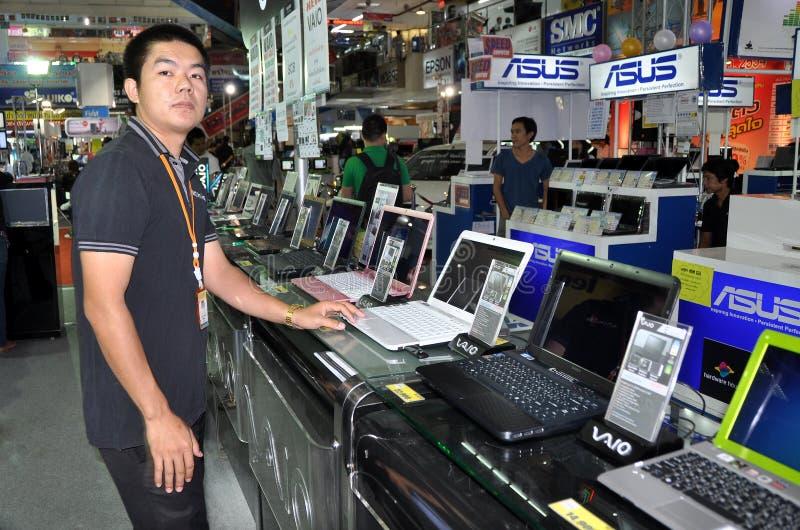 Bangkok, Tailandia: Commesso con i calcolatori del SONY fotografie stock