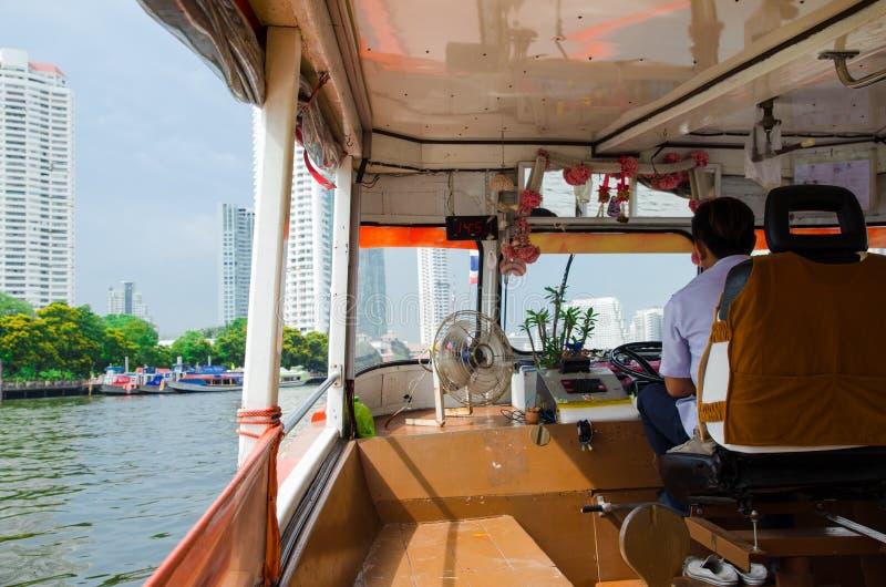 Bangkok, Tailandia: Conductor del barco foto de archivo